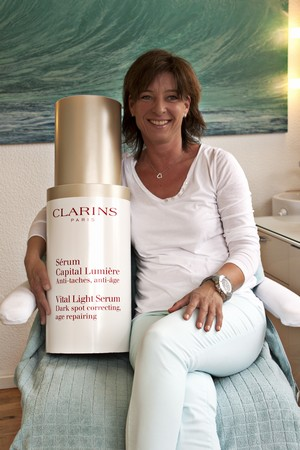 silke_with_clarins_bottle_02
